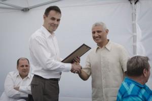 Глава администрации Токсово Вадим Кузнецов вручает благодарственное письмо Борису Романовичу Ротенбергу.